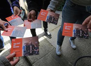 Entrega en mà fulletons i cartelleria per España